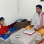 पल्लवी से मां की मृत्यु के बाद की रस्में अदा करवाते पुरोहित।