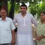कबड्डी बेंगलुरू बुल्स टीम के प्रमुख रेडर अजय ठाकुर गांव दभोटा में अपने पिता व माता के साथ।