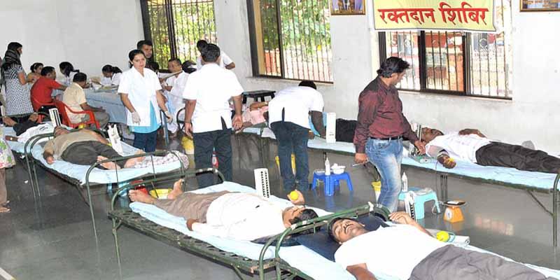 'लोगों द्वारा दान किया रक्त फैंका जा रहा कूड़ेदान में'
