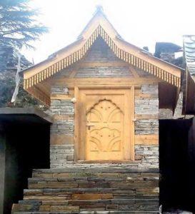 यहां शिरगुल देवता के मन्दिर का प्रथम चरण- चाक्ला, पौल और नगारखाना का काम पूर्ण हो गया है। श्रद्धालुओं ने 72 दिन लगातार जुट कर यह कार्य संपन्न किया। इसके बाद पौल और मंदिर पर कुरुड़ लगाने का प्रमुख कार्य होना है। अलग- अलग क्षेत्रों में 'कुरुड़' लगाने के समय अनेक प्रथाएं प्रचलित हैं। कई स्थानों पर 'कुरुड़' के समय बकरे भी काटे जाते हैं तो कुछ जगह नारियल काट कर ही काम चला लिया जाता है।