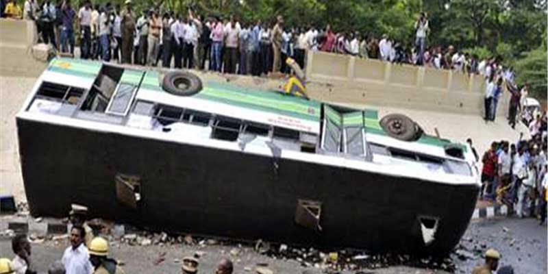 Image result for बस दुर्घटनाग्रस्त