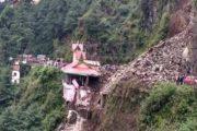 ढली में भूस्खलन से मंदिर क्षतिग्रस्त, गाड़ियां दबीं