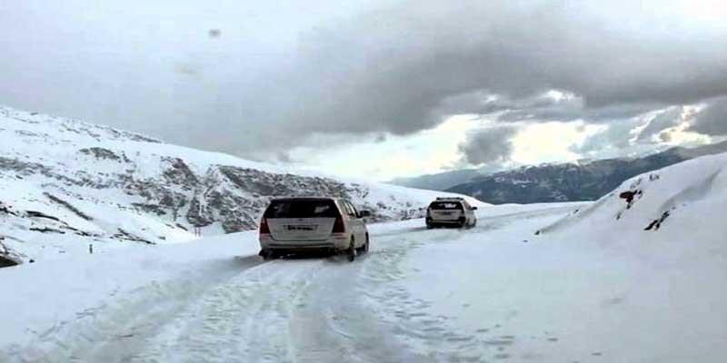 बर्फबारी से रोहतांग बंद, मनाली में गिरे फाहे